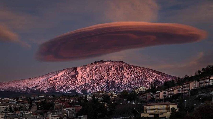 https://www.ragusanews.com//immagini_articoli/11-02-2020/1581455882-nubi-lenticolari-etna-foto-1-500.jpg