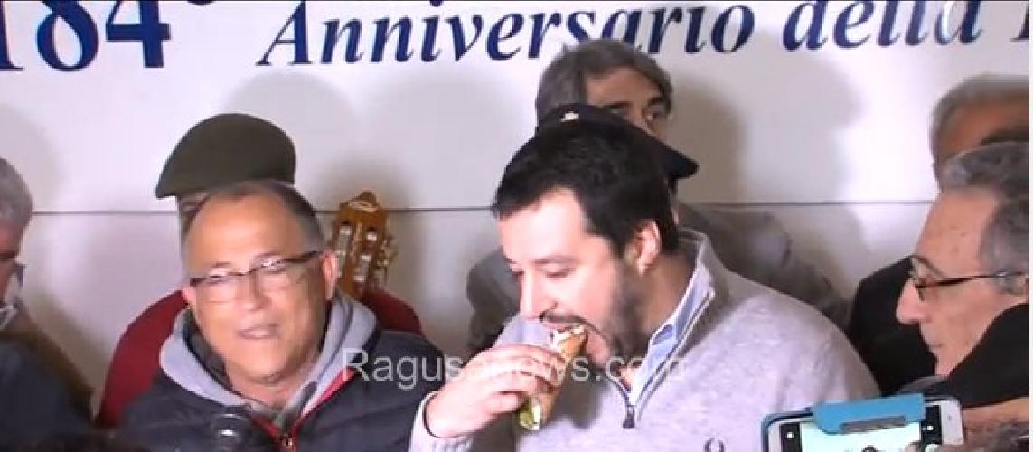 http://www.ragusanews.com//immagini_articoli/11-03-2016/salvini-a-vittoria-vado-in-parlamento-e-gli-ribalto-i-tavoli-in-testa-500.jpg