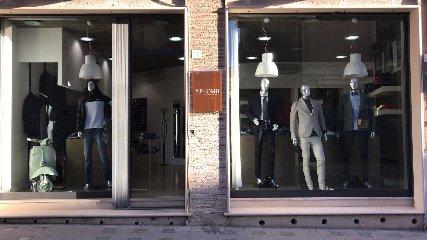 https://www.ragusanews.com//immagini_articoli/11-03-2018/moda-uomo-scicli-apre-aplomb-240.jpg