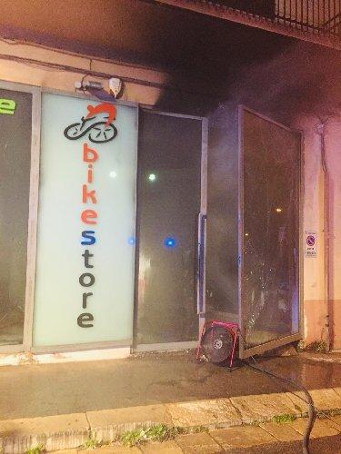 https://www.ragusanews.com//immagini_articoli/11-03-2019/fiamme-negozio-biciustionato-titolare-500.jpg