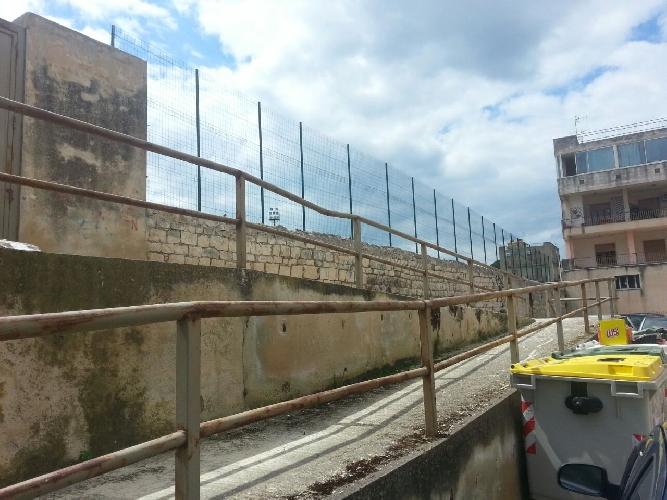 http://www.ragusanews.com//immagini_articoli/11-04-2015/si-mette-in-sicurezza-lo-stadio-vincenzo-barone-500.jpg