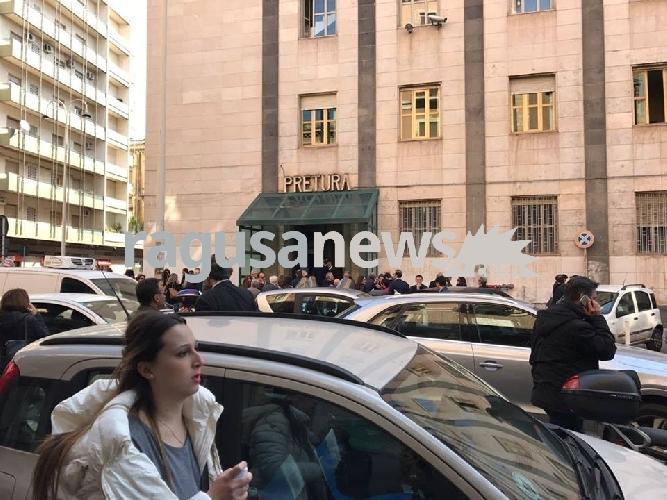 http://www.ragusanews.com//immagini_articoli/11-04-2017/allarme-bomba-evacuato-tribunale-catania-500.jpg