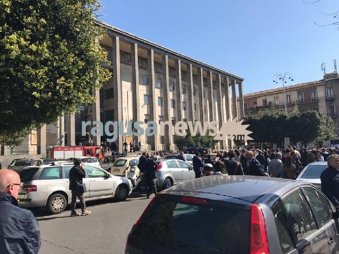 http://www.ragusanews.com//immagini_articoli/11-04-2017/catania-tribunale-nessuna-bomba-500.jpg