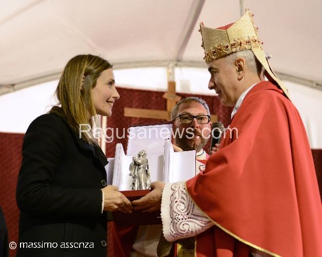 http://www.ragusanews.com//immagini_articoli/11-04-2017/vescovo-noto-claudia-koll-500.jpg