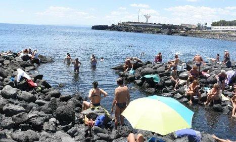 https://www.ragusanews.com//immagini_articoli/11-04-2021/bagno-a-mare-prove-tecniche-di-estate-in-sicilia-280.jpg