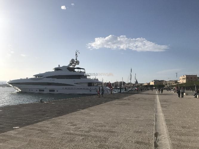 http://www.ragusanews.com//immagini_articoli/11-05-2017/yacht-approdato-siracusa-foto-500.jpg