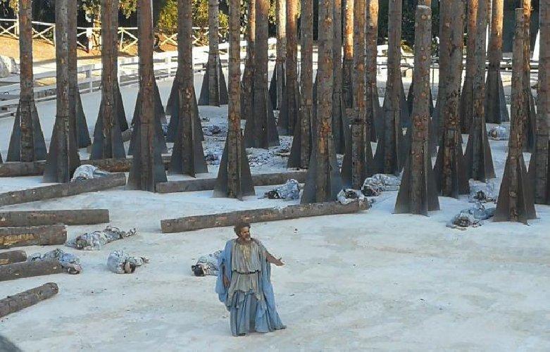 https://www.ragusanews.com//immagini_articoli/11-05-2019/troiane-gli-alberi-friuli-il-ritorno-di-maddalena-crippa-500.jpg
