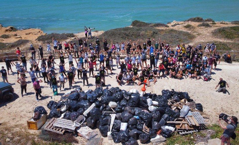 https://www.ragusanews.com//immagini_articoli/11-05-2021/1620720094-ragusa-puliscono-spiaggia-mare-restituisce-collutorio-spagnolo-1-500.jpg