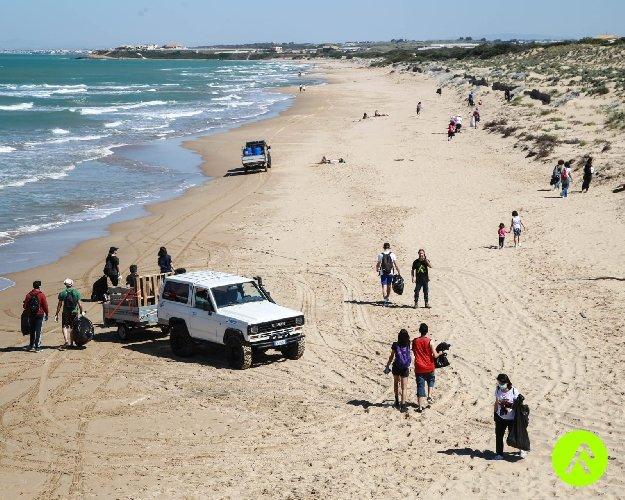 https://www.ragusanews.com//immagini_articoli/11-05-2021/ragusa-puliscono-spiaggia-mare-restituisce-collutorio-spagnolo-500.jpg
