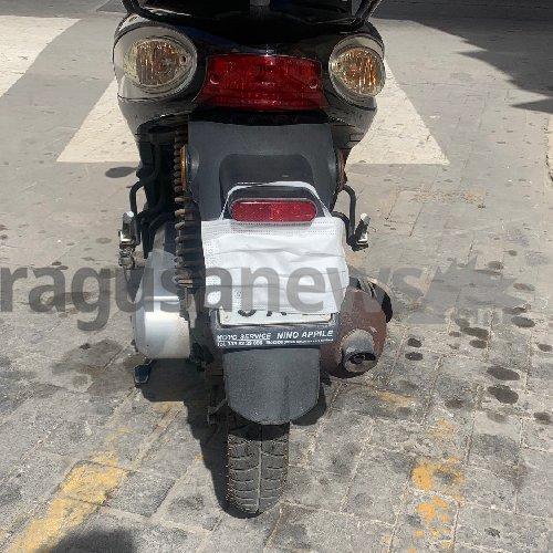 https://www.ragusanews.com//immagini_articoli/11-05-2021/sicilia-mette-la-mascherina-alla-moto-per-occultare-targa-multato-500.jpg