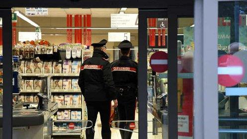 https://www.ragusanews.com//immagini_articoli/11-05-2021/suocero-e-genero-positivi-a-fare-la-spesa-al-supermercato-denunciati-280.jpg