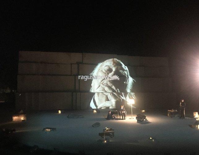 https://www.ragusanews.com//immagini_articoli/11-06-2018/camilleri-siracusa-ombra-ombra-sapere-video-500.jpg