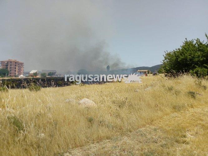 https://www.ragusanews.com//immagini_articoli/11-06-2018/incendio-zona-orto-rabbito-chiaramonte-500.jpg