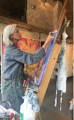 http://www.ragusanews.com//immagini_articoli/11-06-2018/sylvie-martens-donna-dipinge-nuvole-mostra-modica-240.jpg