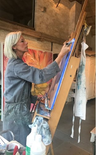 https://www.ragusanews.com//immagini_articoli/11-06-2018/sylvie-martens-donna-dipinge-nuvole-mostra-modica-500.jpg