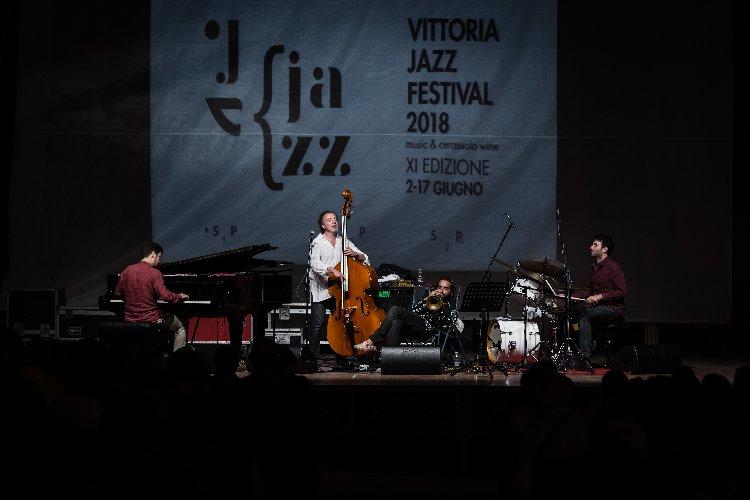 https://www.ragusanews.com//immagini_articoli/11-06-2018/vittoria-belle-storie-jazz-rosario-bonaccorso-500.jpg