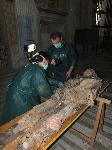 https://www.ragusanews.com//immagini_articoli/11-06-2019/le-mummie-chiesa-di-sant-anna-a-modica-500.jpg