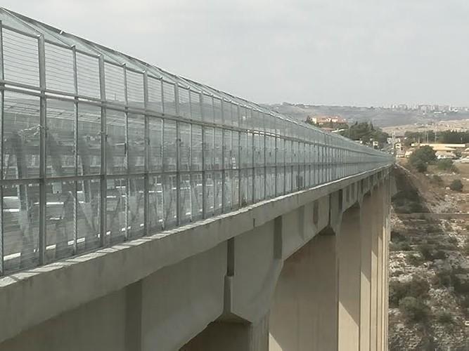 https://www.ragusanews.com//immagini_articoli/11-06-2021/lei-lo-lascia-lui-tenta-di-lanciarsi-dal-ponte-di-modica-salvato-500.jpg