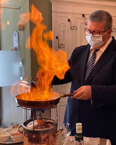 https://www.ragusanews.com//immagini_articoli/11-06-2021/stabile-169-riporta-in-vita-la-cucina-al-flambe-di-emanuele-ferrara-500.jpg
