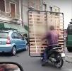 https://www.ragusanews.com//immagini_articoli/11-06-2021/trasportare-la-rete-del-materasso-in-motorino-si-puo-video-100.jpg