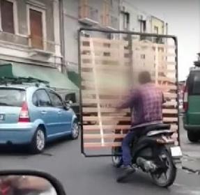 https://www.ragusanews.com//immagini_articoli/11-06-2021/trasportare-la-rete-del-materasso-in-motorino-si-puo-video-280.jpg