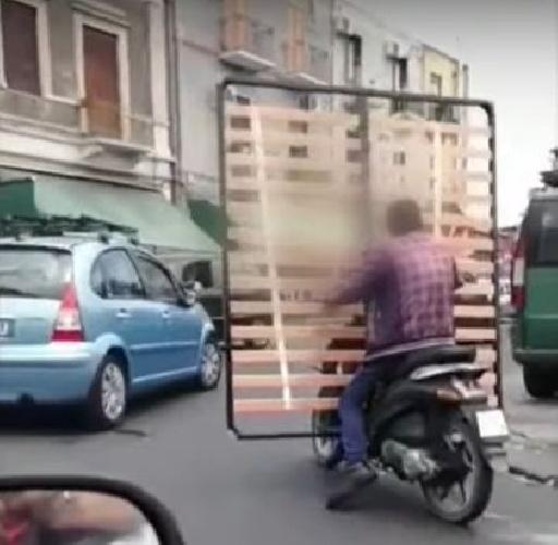 https://www.ragusanews.com//immagini_articoli/11-06-2021/trasportare-la-rete-del-materasso-in-motorino-si-puo-video-500.jpg