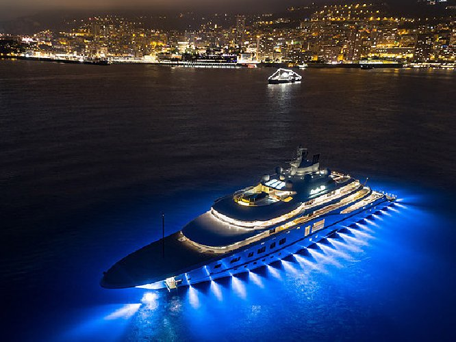 https://www.ragusanews.com//immagini_articoli/11-07-2018/yacht-metri-lusso-teatro-elicottero-500.jpg