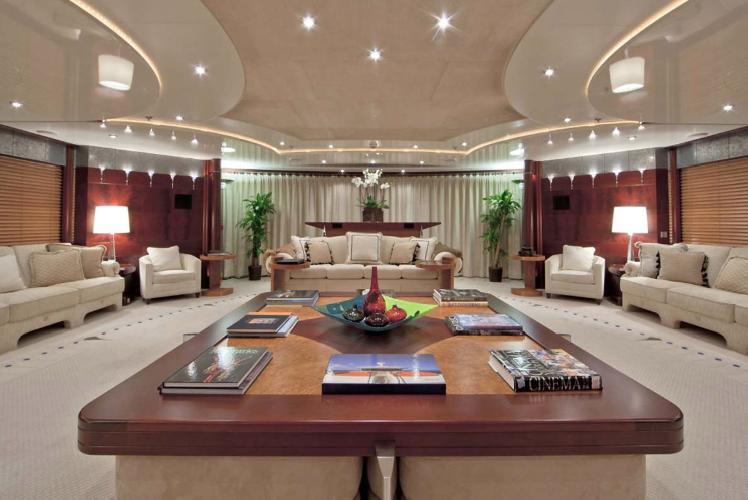 https://www.ragusanews.com//immagini_articoli/11-07-2019/1562835121-yacht-e-arrivato-sarah-1-500.png