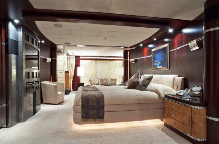 https://www.ragusanews.com//immagini_articoli/11-07-2019/1562835242-yacht-e-arrivato-sarah-1-500.png