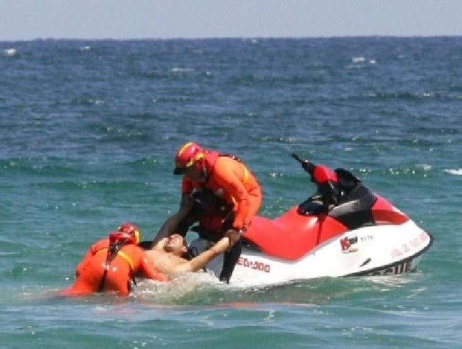 http://www.ragusanews.com//immagini_articoli/11-08-2014/donna-soccorsa-in-mare-a-donnnalucata-500.jpg