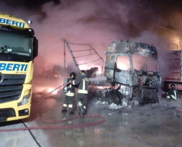https://www.ragusanews.com//immagini_articoli/11-08-2018/fuoco-camion-ragusa-catania-500.jpg