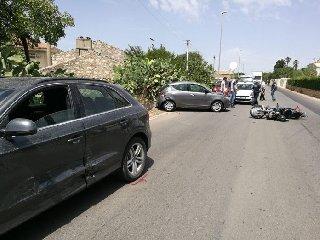 http://www.ragusanews.com//immagini_articoli/11-08-2018/fuori-pericolo-comunale-travolto-auto-incustodita-240.jpg