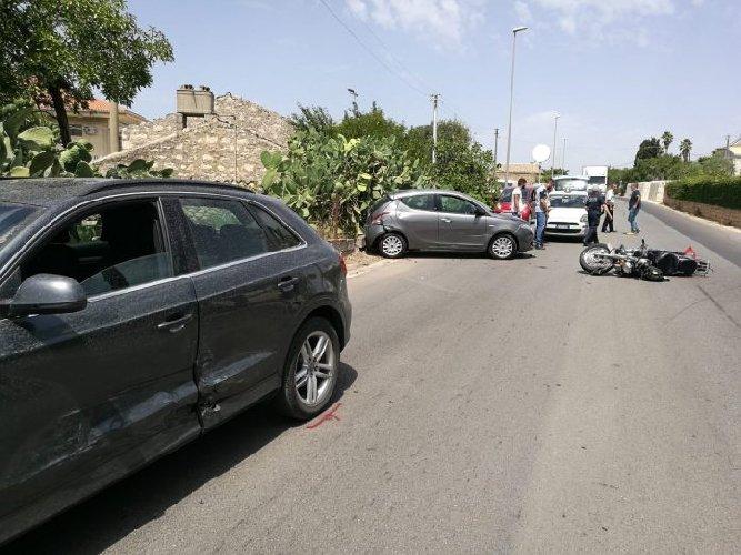 https://www.ragusanews.com//immagini_articoli/11-08-2018/fuori-pericolo-comunale-travolto-auto-incustodita-500.jpg