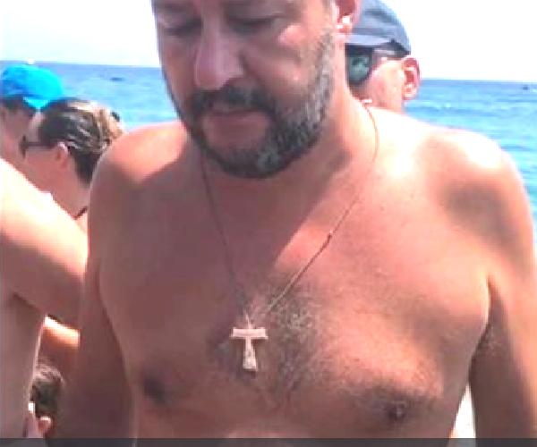 https://www.ragusanews.com//immagini_articoli/11-08-2019/salvini-in-spiaggia-a-taormina-in-costume-e-crocifisso-500.png