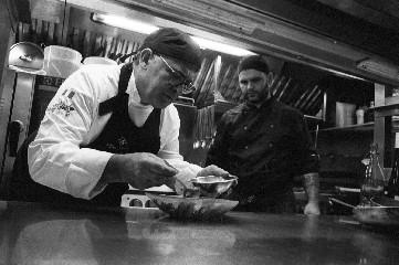 https://www.ragusanews.com//immagini_articoli/11-08-2020/1597155309-35-anni-di-passione-per-il-ristorante-don-camillo-1-240.jpg