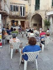 https://www.ragusanews.com//immagini_articoli/11-08-2020/lo-cuntu-di-li-cunti-al-quadrato-della-palma-240.jpg