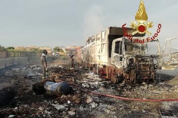 https://www.ragusanews.com//immagini_articoli/11-08-2020/vittoria-incendiati-due-autocompattatori-spazzatura-240.jpg