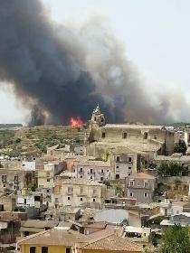 https://www.ragusanews.com//immagini_articoli/11-08-2021/1628683004-incendio-a-calaforno-tra-monterosso-e-giarratana-1-280.jpg