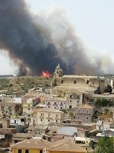https://www.ragusanews.com//immagini_articoli/11-08-2021/1628683004-incendio-a-calaforno-tra-monterosso-e-giarratana-1-500.jpg