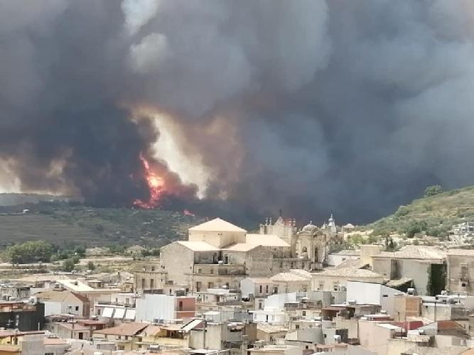 https://www.ragusanews.com//immagini_articoli/11-08-2021/in-cendio-a-calaforno-evacuaote-alcune-case-a-giarratana-500.jpg