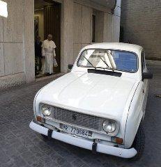 https://www.ragusanews.com//immagini_articoli/11-09-2013/phaeton-renault-4-levoluzione-a-quattroruote-di-papa-francesco-240.jpg