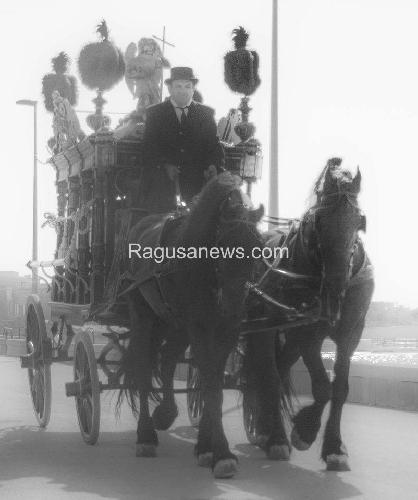 http://www.ragusanews.com//immagini_articoli/11-09-2015/giovane-montalbano-video-dietro-le-quinte-a-donnalucata-500.jpg