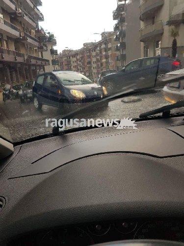 https://www.ragusanews.com//immagini_articoli/11-09-2018/bomba-acqua-ragusa-auto-sprofondano-tombini-500.jpg