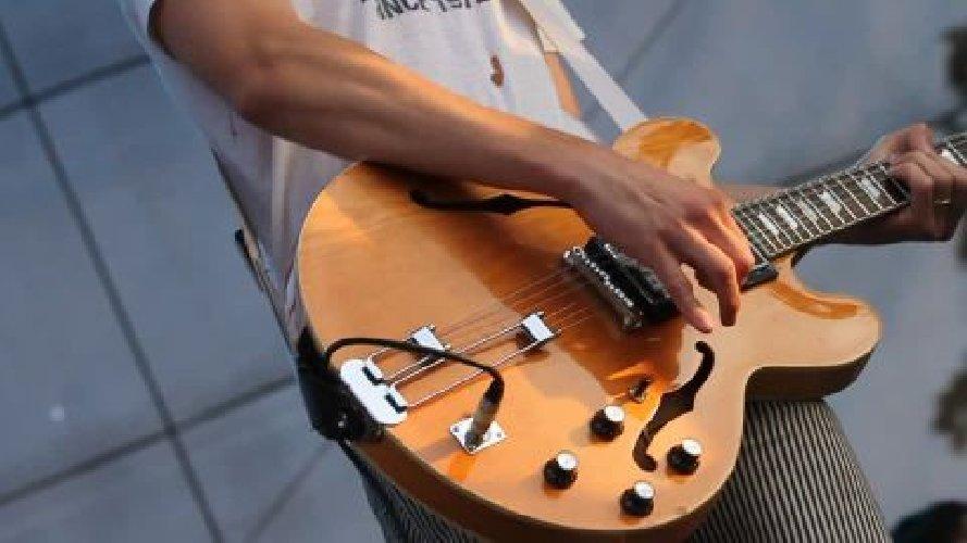 https://www.ragusanews.com//immagini_articoli/11-09-2018/catania-suonava-chitarra-notte-sloggiare-vicine-500.jpg