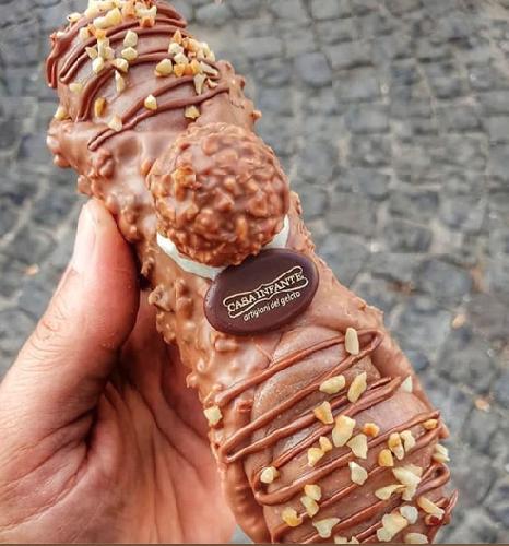 https://www.ragusanews.com//immagini_articoli/11-09-2019/a-napoli-hanno-inventato-il-cannolo-siciliano-al-gelato-rocher-500.png