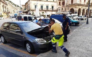 https://www.ragusanews.com//immagini_articoli/11-09-2019/gattino-infreddolito-salvato-da-morte-sicura-dentro-vano-motore-240.jpg