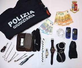 https://www.ragusanews.com//immagini_articoli/11-09-2020/arrestate-due-persone-per-furto-in-appartamento-240.jpg