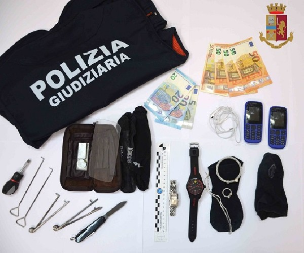 https://www.ragusanews.com//immagini_articoli/11-09-2020/arrestate-due-persone-per-furto-in-appartamento-500.jpg