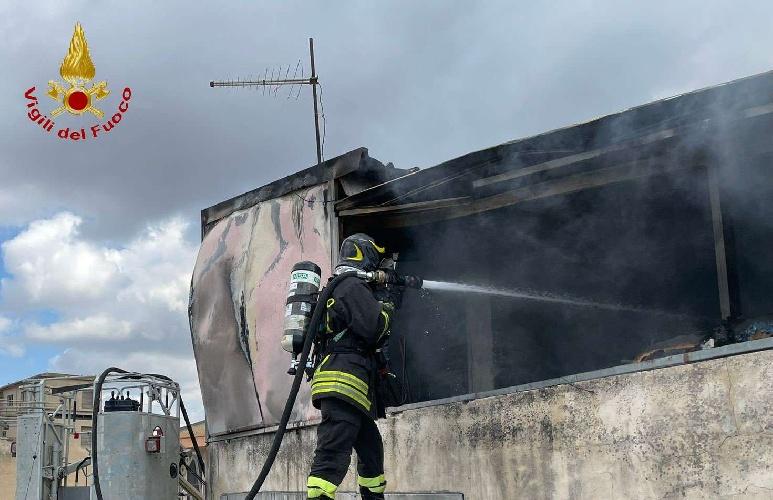 https://www.ragusanews.com//immagini_articoli/11-09-2021/1631377855-comiso-le-foto-della-palazzina-in-fiamme-1-500.jpg
