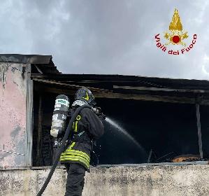 https://www.ragusanews.com//immagini_articoli/11-09-2021/1631377857-comiso-le-foto-della-palazzina-in-fiamme-2-280.jpg